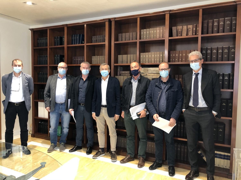 La firma dell'operazione. Al centro Tiziano Busin e Mario Righes